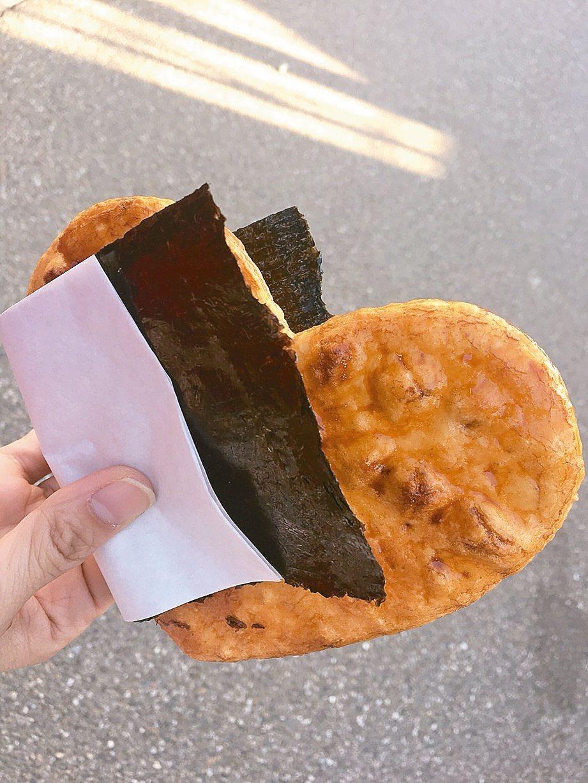 忍野八海小吃多,此為現煎的醬油煎餅。 記者羅建怡/攝影