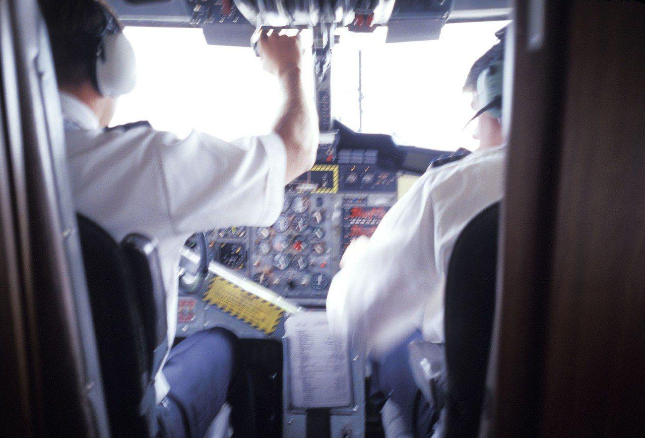 一名機師執行飛行任務後客死異鄉,家屬認為健檢不確實,向民航局等單位求償200萬元...