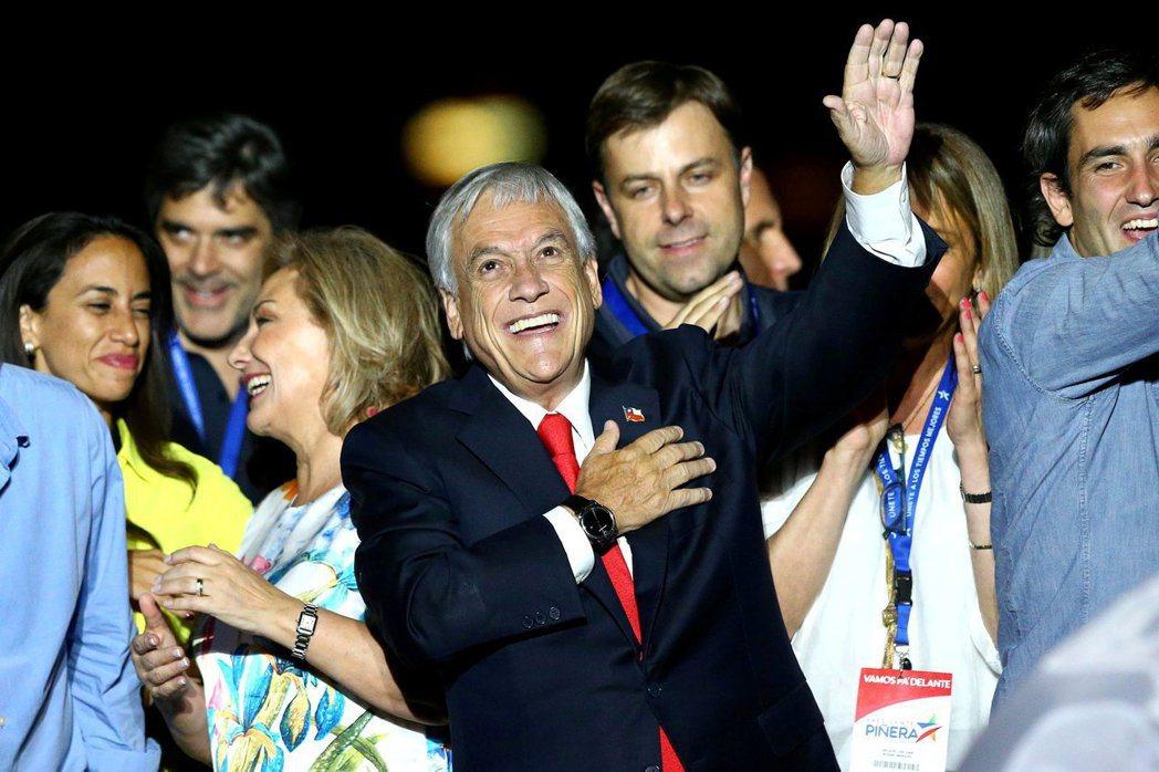 智利前總統皮涅拉(中)17日贏得總統大選後,與支持者一起慶祝。路透