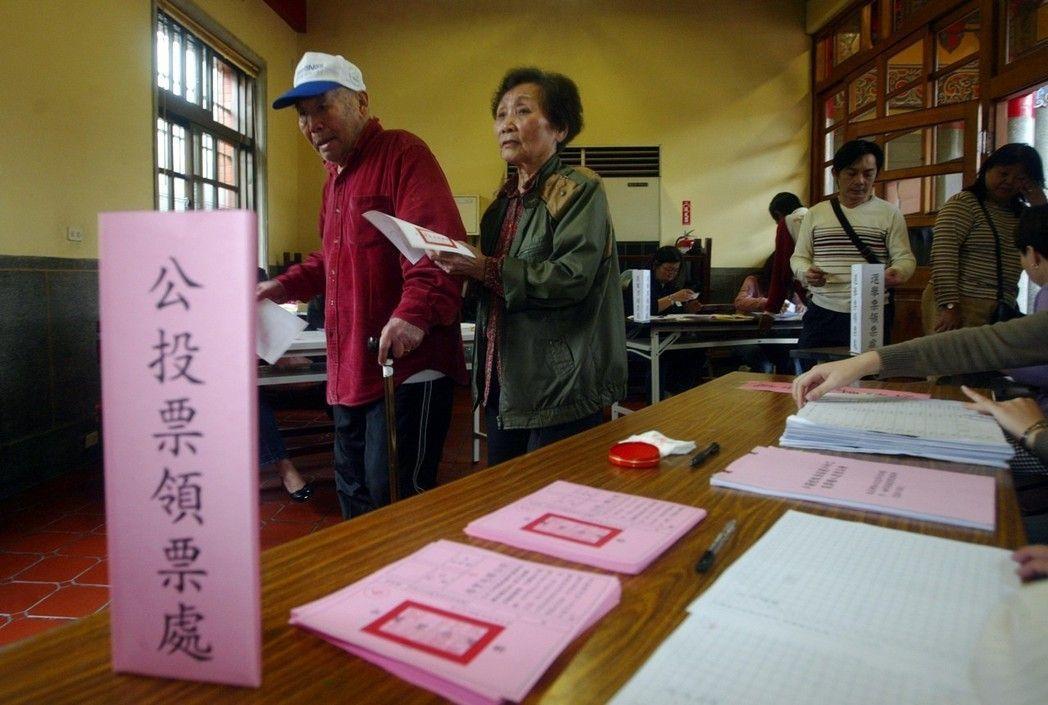 2008年總統大選及公投投票日,有的民眾在領過總統選票後,並未領取公投選票。 圖...