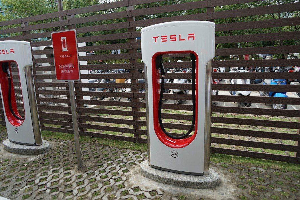 特斯拉Tesla進駐竹科園區,創下全台首座科學園區設立超級充電站 。 記者陳妍霖...