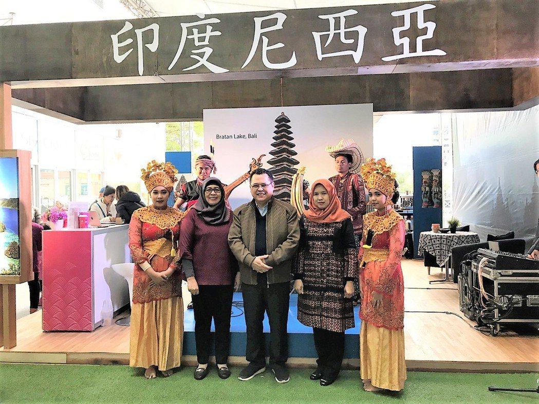 (中)駐台北印尼經濟貿易代表處代表Mr. Robert James Bintar...