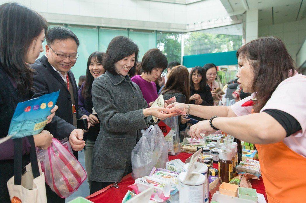 中壽已連續9年舉辦「愛心展售會」,購買社會企業及弱勢團體的產品作為節慶贈禮,或採...