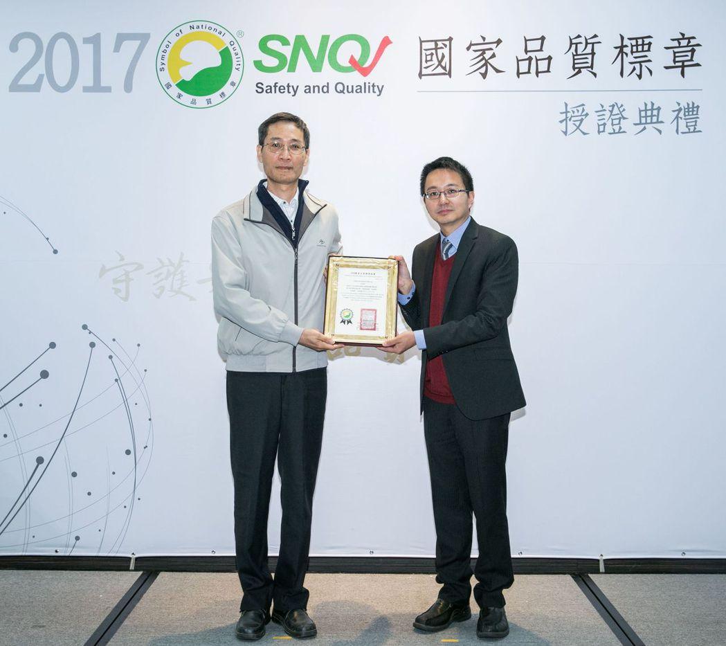 力煒奈米科技「純奈主張Foreal」獲獎,由執行長汪維揚(左)代表受獎。 圖/力...