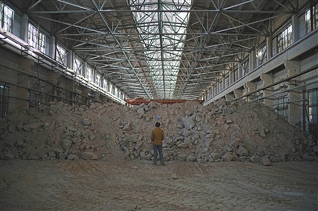 蘭州市紅古區平安鎮的山神溝,遭丟廢陰極炭塊超過1500噸,而據了解,這已是近期第...
