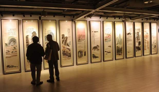 齊白石《山水十二屏》拍出約1.4億美元,成為最貴中國藝術品。 香港中國通訊社
