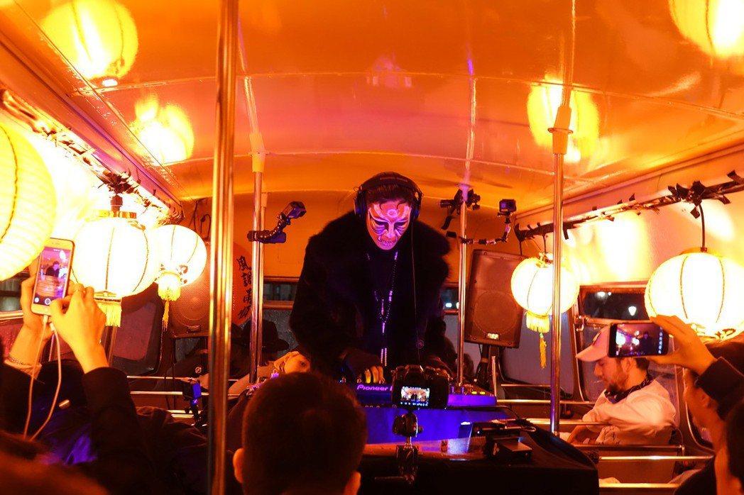 英國一輛雙層巴士當地時間17日舉行一場新專輯發布派對。 圖/中央社