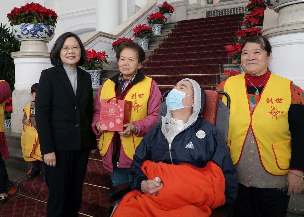 創世基金會18日帶著服務的單親媽媽、孩子和植物人、家屬們一起到總統府參訪,總統蔡...