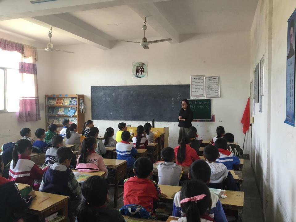 走進偏鄉小學,與孩子閱讀共論。