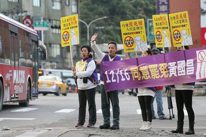 安定力量主席孫繼正率志工宣傳罷免黃國昌。 圖/聯合報系資料照