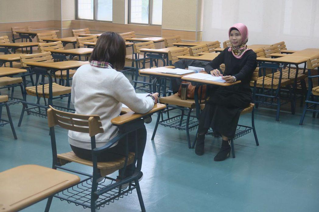 口試老師引導考生循序作答。 政大/提供。