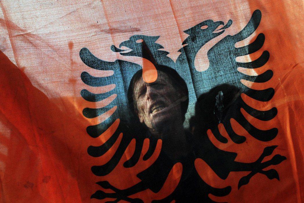 科索沃的阿爾巴尼亞裔人口,則召喚了現代的跨國愚公鑿山填河,只為通向同胞所在的國境...