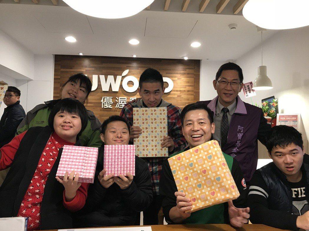 阿寶學員們收到優渥實木傢俱董事長陳國都送的耶誕禮物,開心不已。