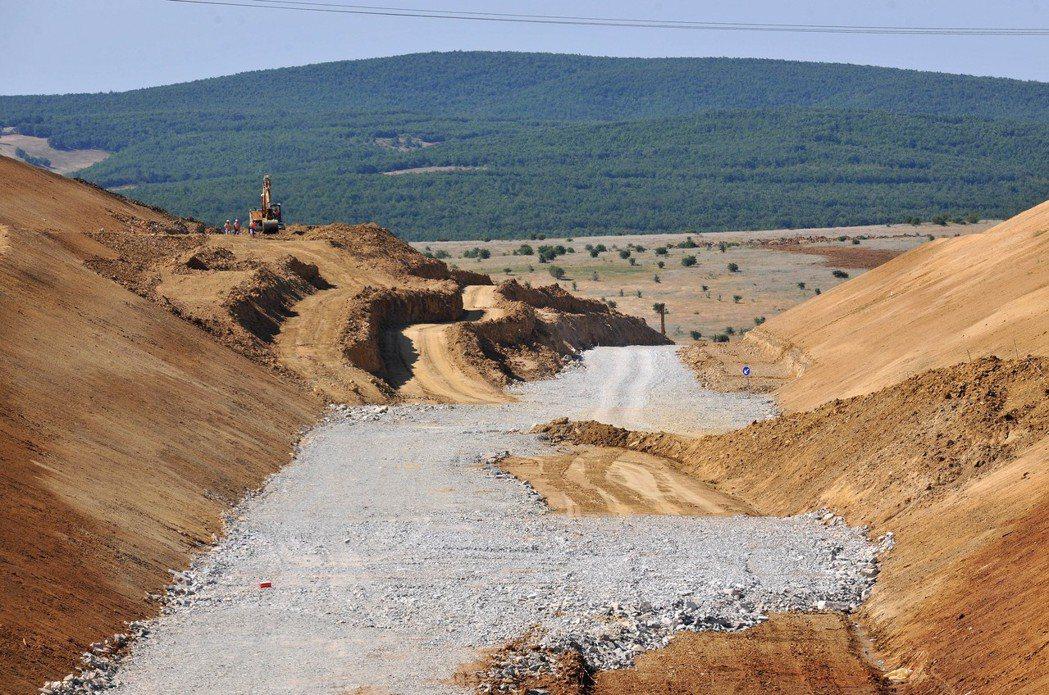 對於阿爾巴尼亞人來說,道路工程是強迫勞動的工作項目,整整四十多年的共產歲月裡,阿...