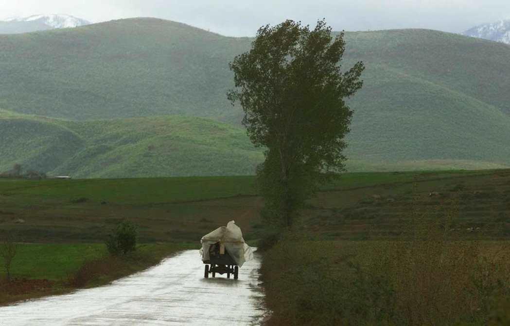 送我們進來的這條公路,也曾將無數阿爾巴尼亞人送出去過。 圖/美聯社