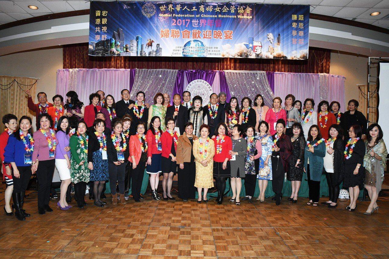 吳新興(手持麥克風者)於世華大會歡迎晚會與各地僑務榮譽職人員合影。圖/僑委會提供