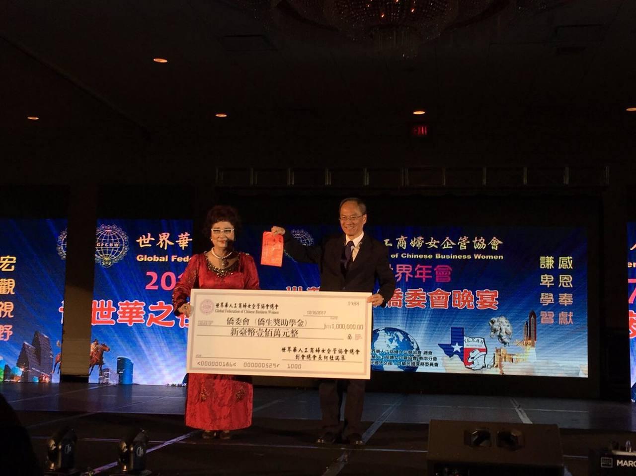 吳新興(左)於世華大會僑委會晚宴贈送金質獎牌獎勵柯杜瑞琴(右)捐贈新台幣100萬...