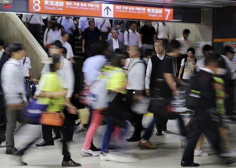 尖峰時間的日本車站一景。職場壓力大、加上裁判員制可能會讓工作停滯數週,都可能是導致日本民眾不願意支持擔任裁判員的原因。 圖/美聯社