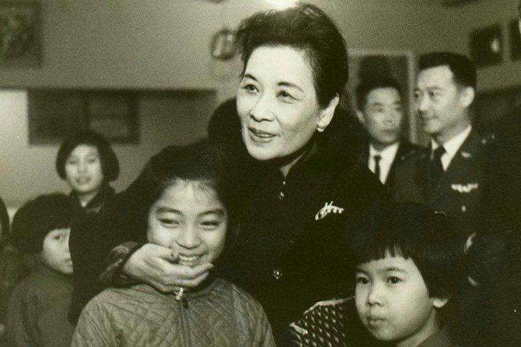 1967年12月蔣宋美齡女士參加華興育幼院舉行的耶誕晚會。 聯合報系資料照片