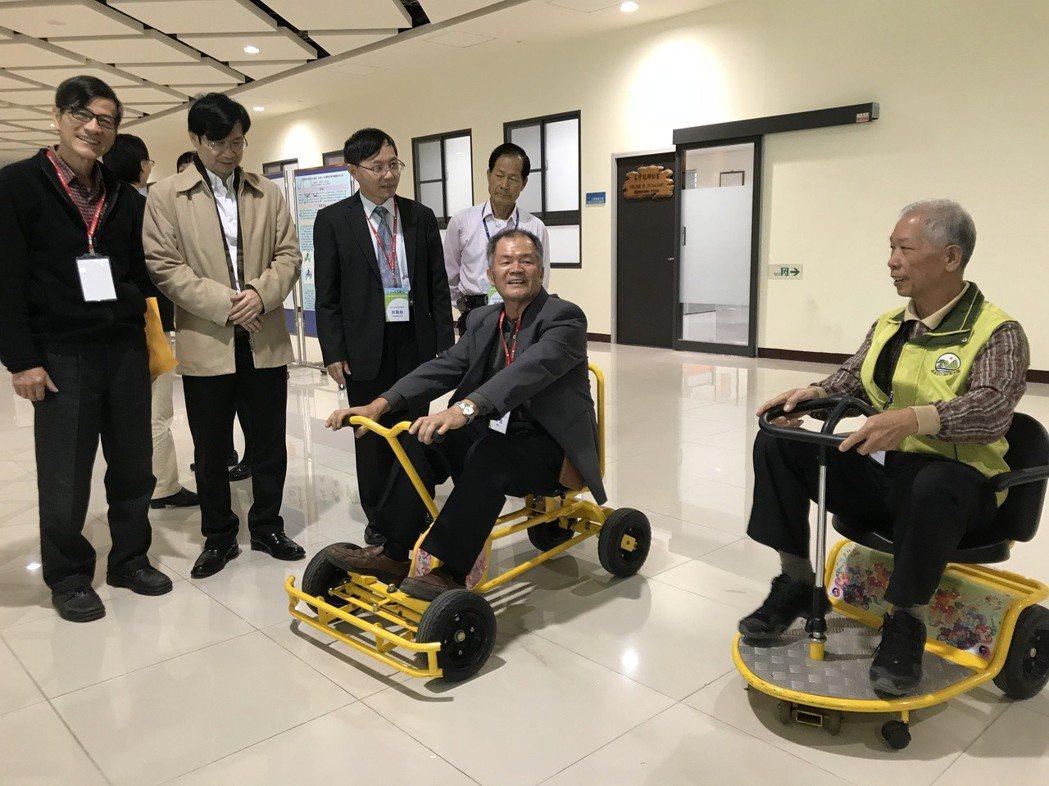 中正大學高齡研究基地召集人,也是該校副校長郝鳳鳴(右二)、主秘吳明儒 (左二)、...
