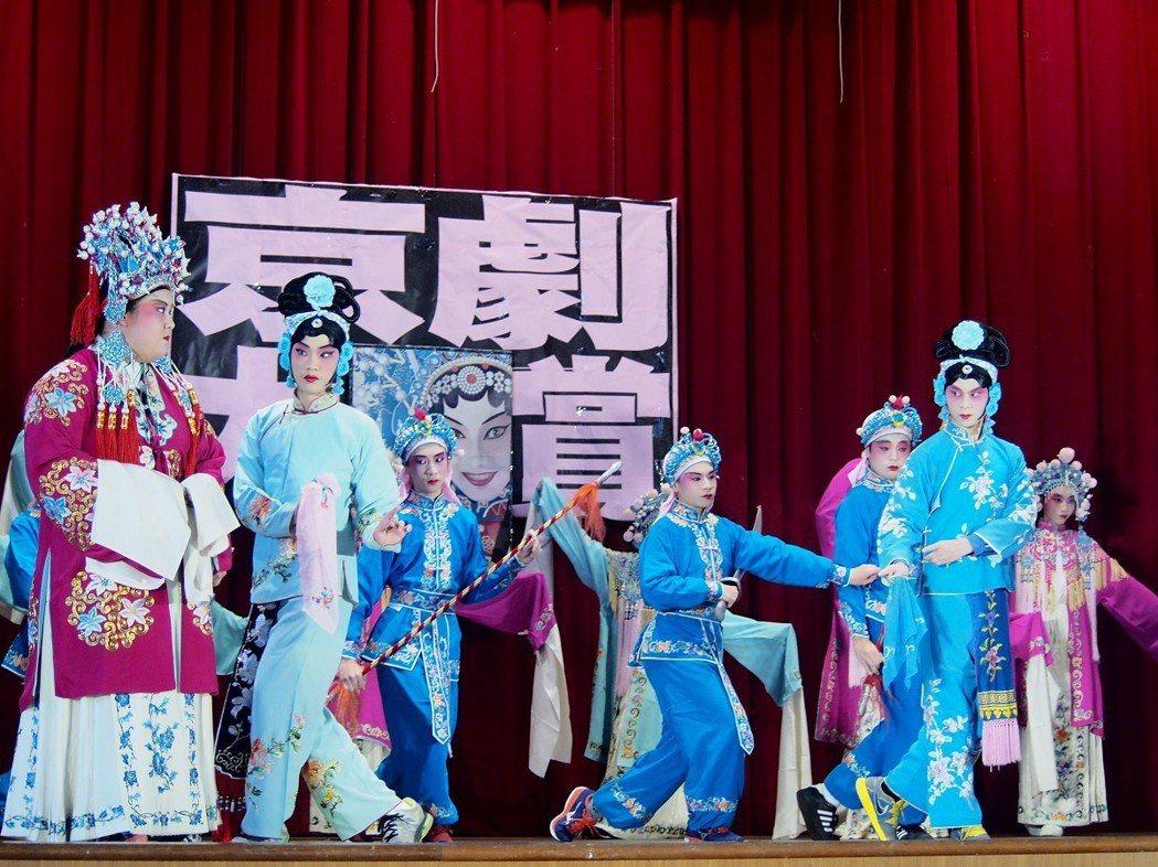 青山國中小將京劇加入課程中,孩子們上台演出,包括化妝、唱腔、身段,全都有模有樣。...