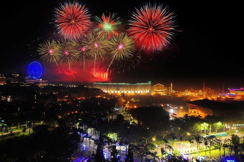 絢麗奪目的義大跨年煙火秀。(圖片來源/義大世界)