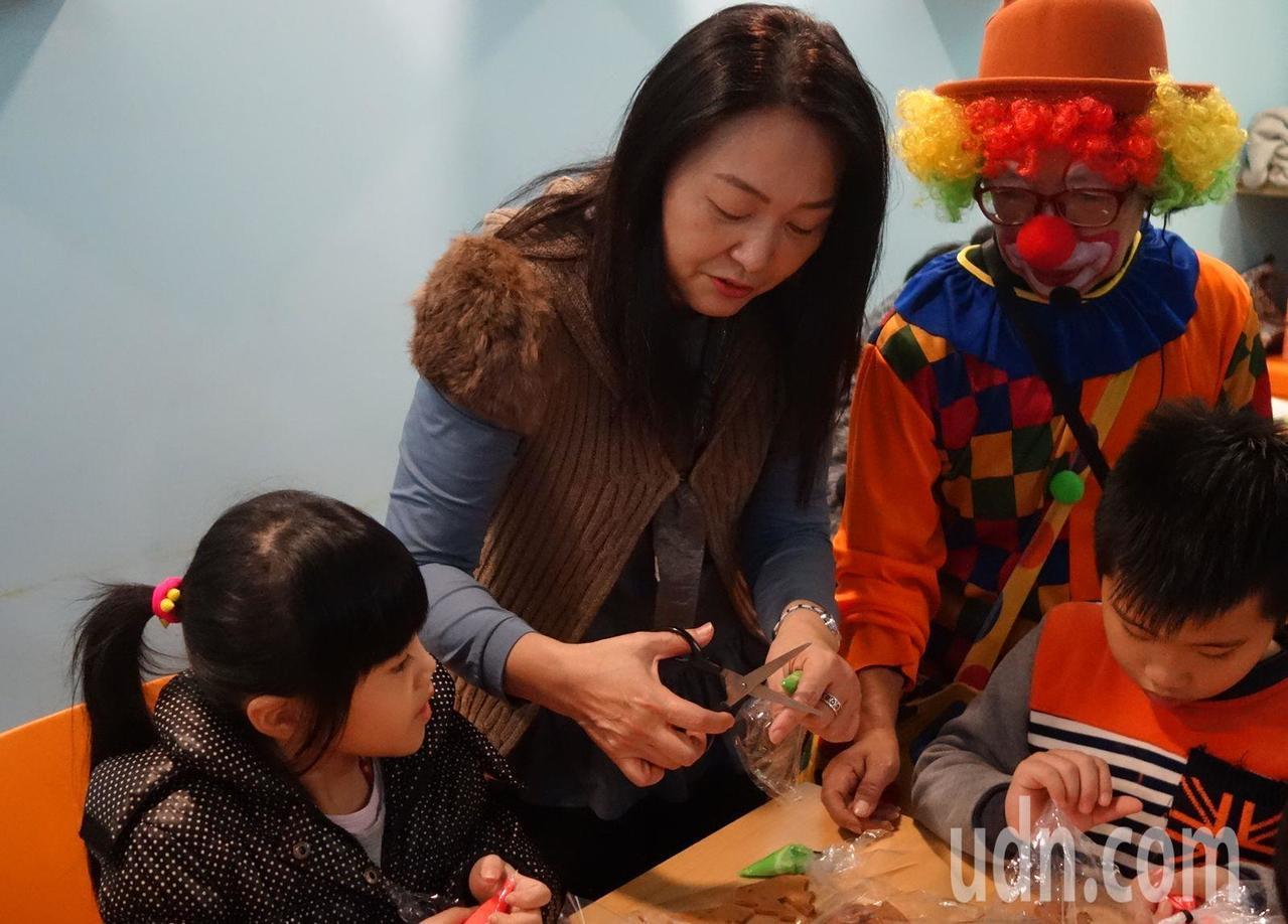 桃園市中壢微咖啡昨天邀請台灣世界展望會桃園地區服務的兒童,到咖啡店彩繪薑餅人玩樂...