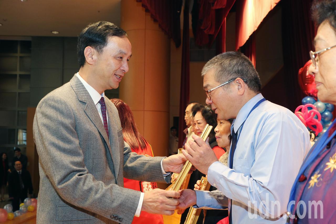 新北市長朱立倫(左)昨頒發獎狀給符合理監事單一性別不低於1/3的人民團體。記者王...