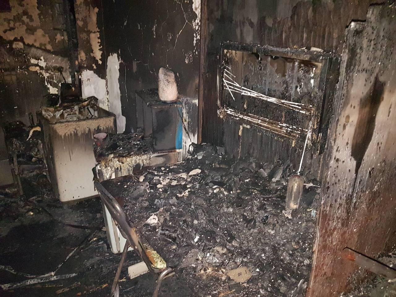三重區三張街舊公寓出租套房今天清晨發生火警,起火點是2樓。 記者林昭彰/翻攝