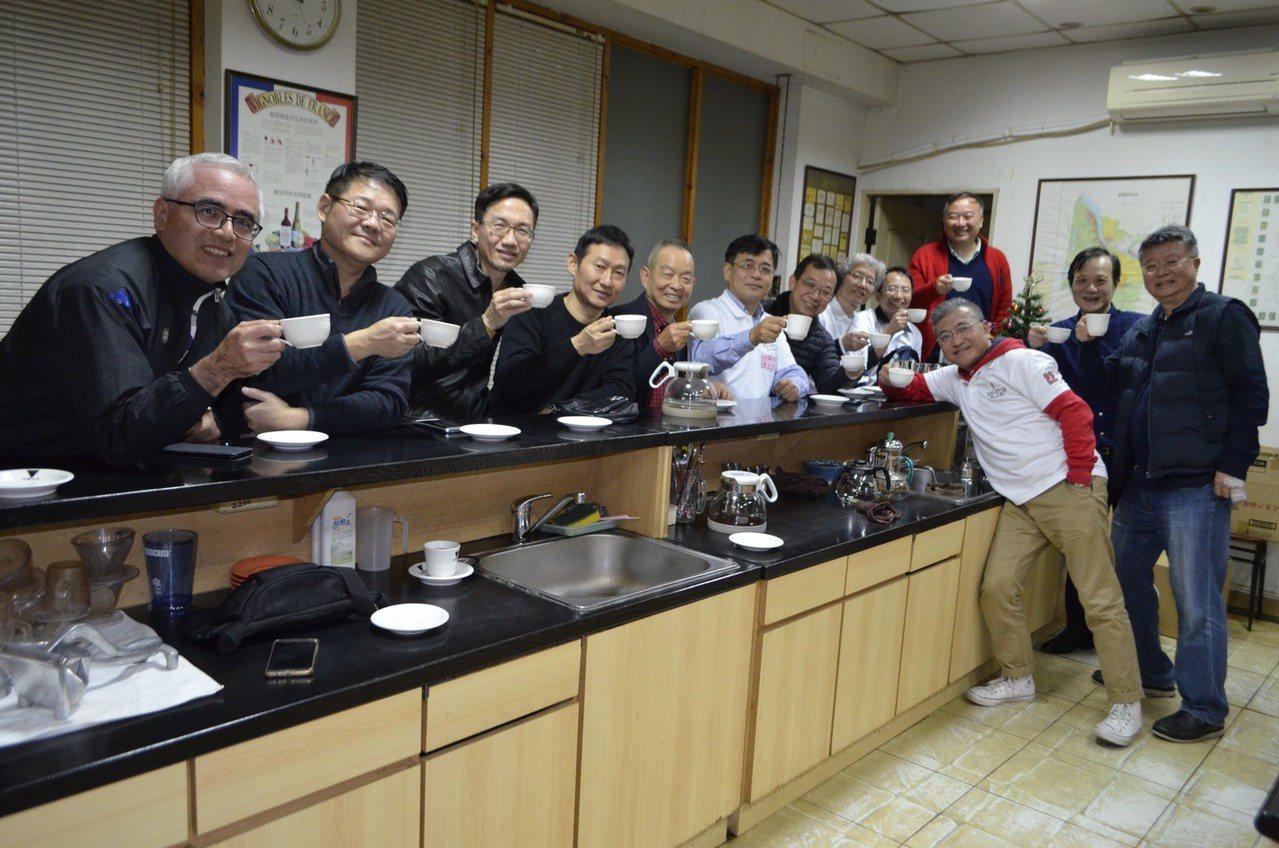 台中市衛道中學第22屆國中部的校友們昨晚重新聚首,丁班同學們會後還喝咖啡續攤。照...