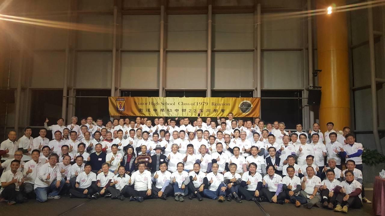 相隔38年,台中市衛道中學第22屆國中部的校友們昨晚重新聚首。照片/