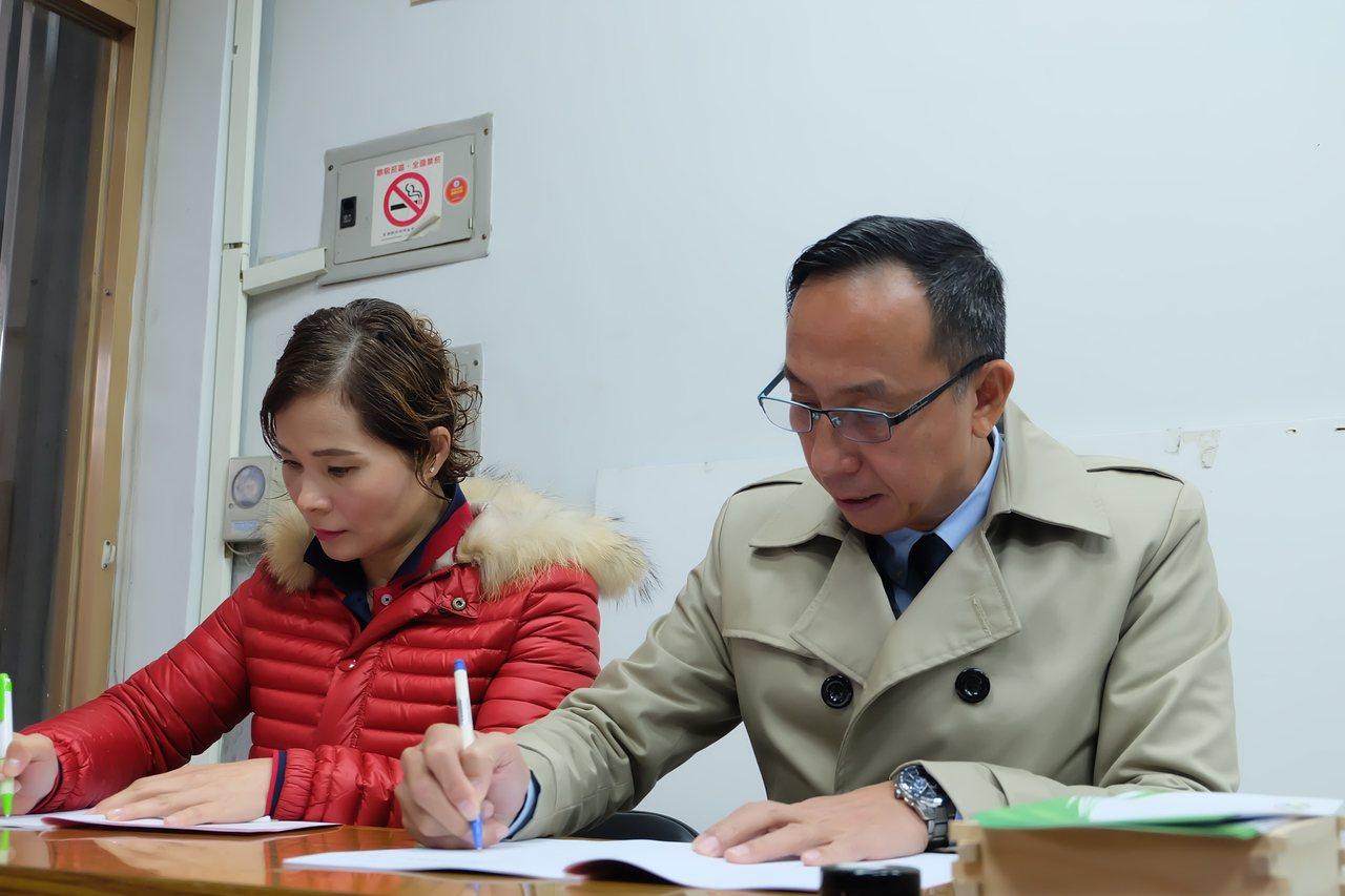 宜蘭縣民進黨部今天開放縣議員參選登記,現任三星鄉長黃錫墉(右)在任期滿後,決定投...