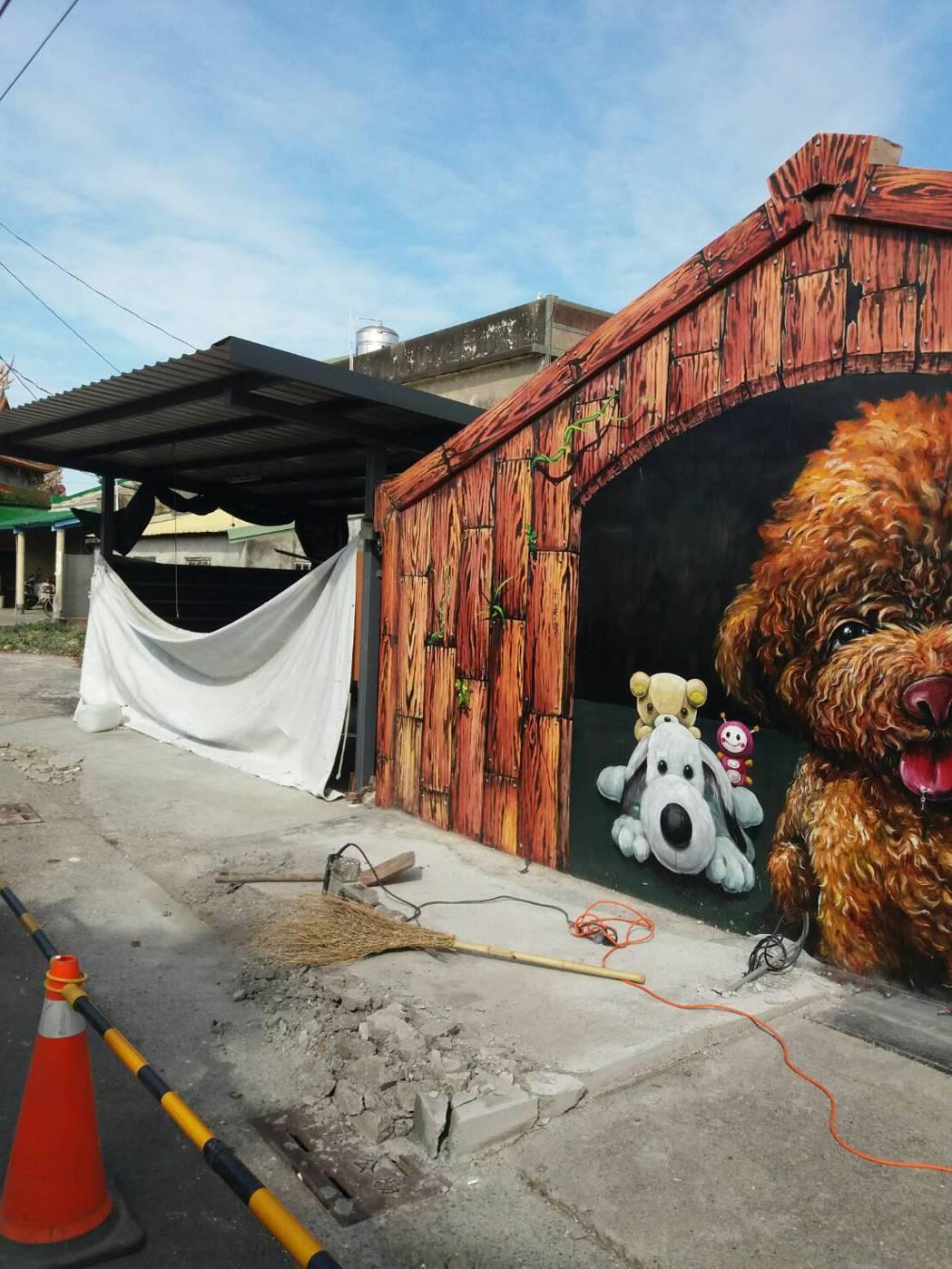 雲嘉南風管處的包商,今天上午已到場將彩繪紅貴賓前「公車亭」移除。記者卜敏正/攝影