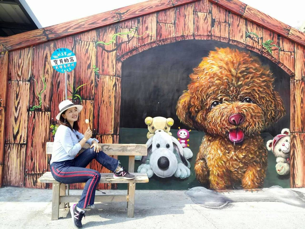 彩繪紅貴賓前原本放置公車站牌及橫椅,是許多遊客指定拍照畫面。圖片/曾進成提供