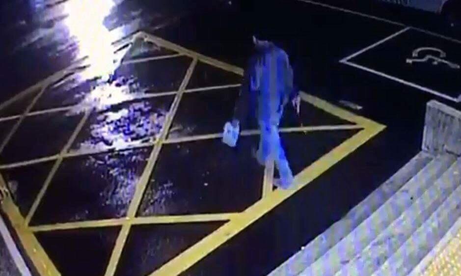 邱姓男子全身淋滿汽油,手上又拿了1罐汽油和1把長度20公分水果刀,走到淡水警分局...