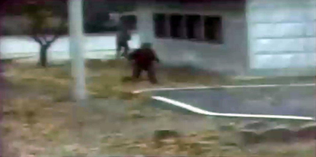 聯合國司令部11月22日公布一名北韓士兵(中)11月13日叛逃到南韓的影片。路透