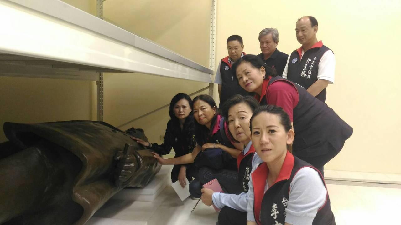 台南市議會國民黨團於今年5月前往柳營科技園區場勘國父銅像的存放地點。圖/台南市議...