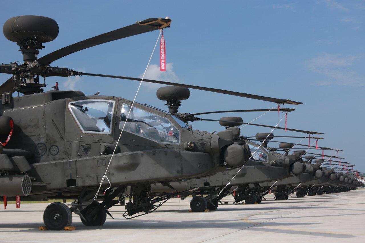 陸軍司令部參謀長白捷隆今天在立法院表示,陸軍AH-64E阿帕契攻擊直升機明年將舉...