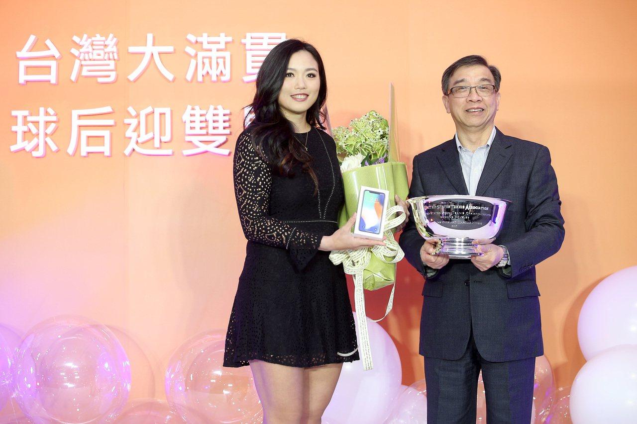 詹詠然(左)將美網金盃獻給台灣大總經理鄭俊卿。 記者余承翰/攝影