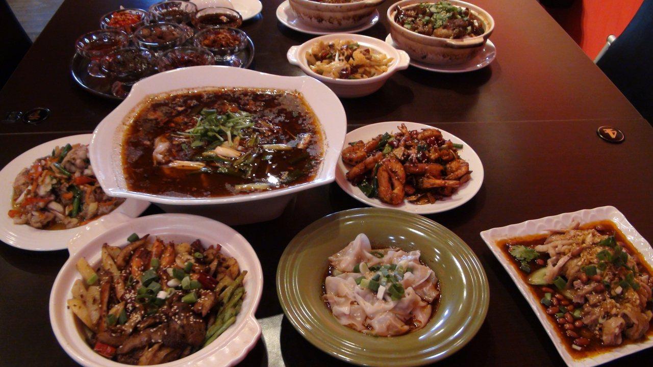 李松梅思念家鄉菜,隔12年賣重慶江湖菜。記者謝梅芬/攝影