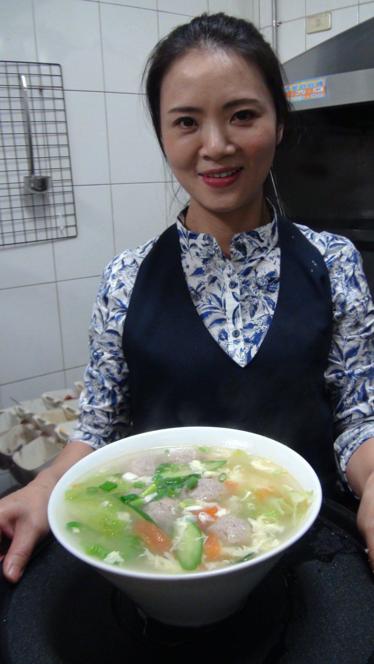 李松梅做的是道地的重慶江湖菜,再依台灣人口味減油、減鹽。記者謝梅芬/攝影