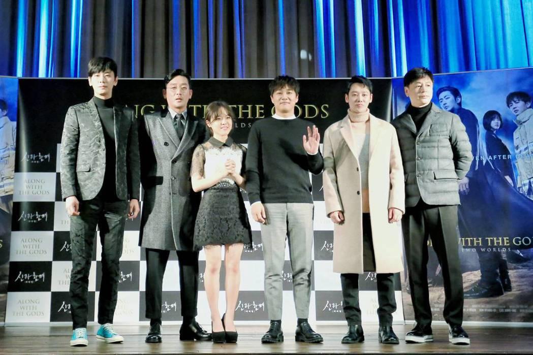 「與神同行」今於首爾舉辦國際記者會,演員朱智勳(左起)、河正宇、金香起、車太鉉、...