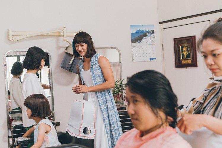 劉冠廷(中)在「花甲大人轉男孩」中首次扮女裝。圖/氧氣電影提供