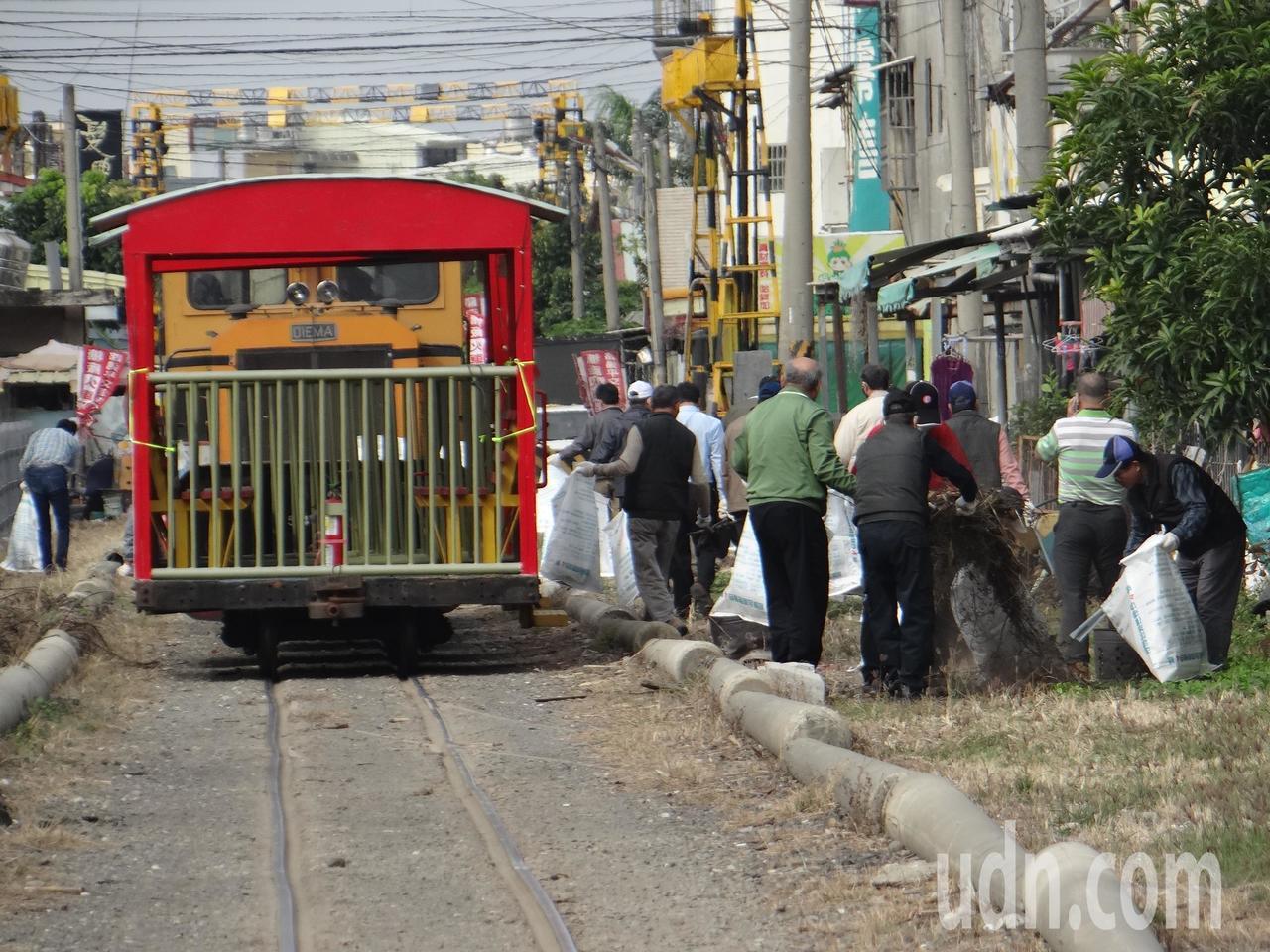 國內唯一的虎尾糖廠五分車今天巧扮成清潔車,駛進市區,由糖廠經理帶領一級主管沿著鐵...