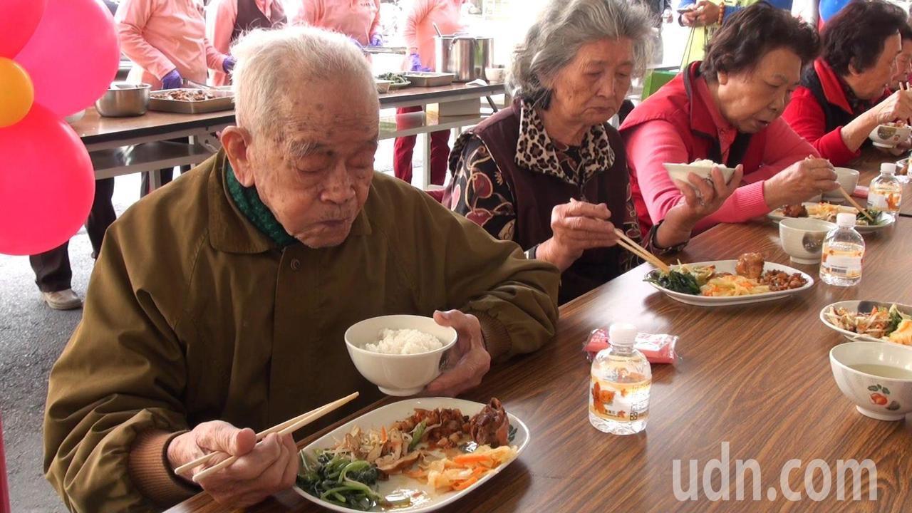 鳥松區仁美里老人共餐計畫上路,老人家可以吃到豐盛的六菜一湯。記者王昭月/攝影