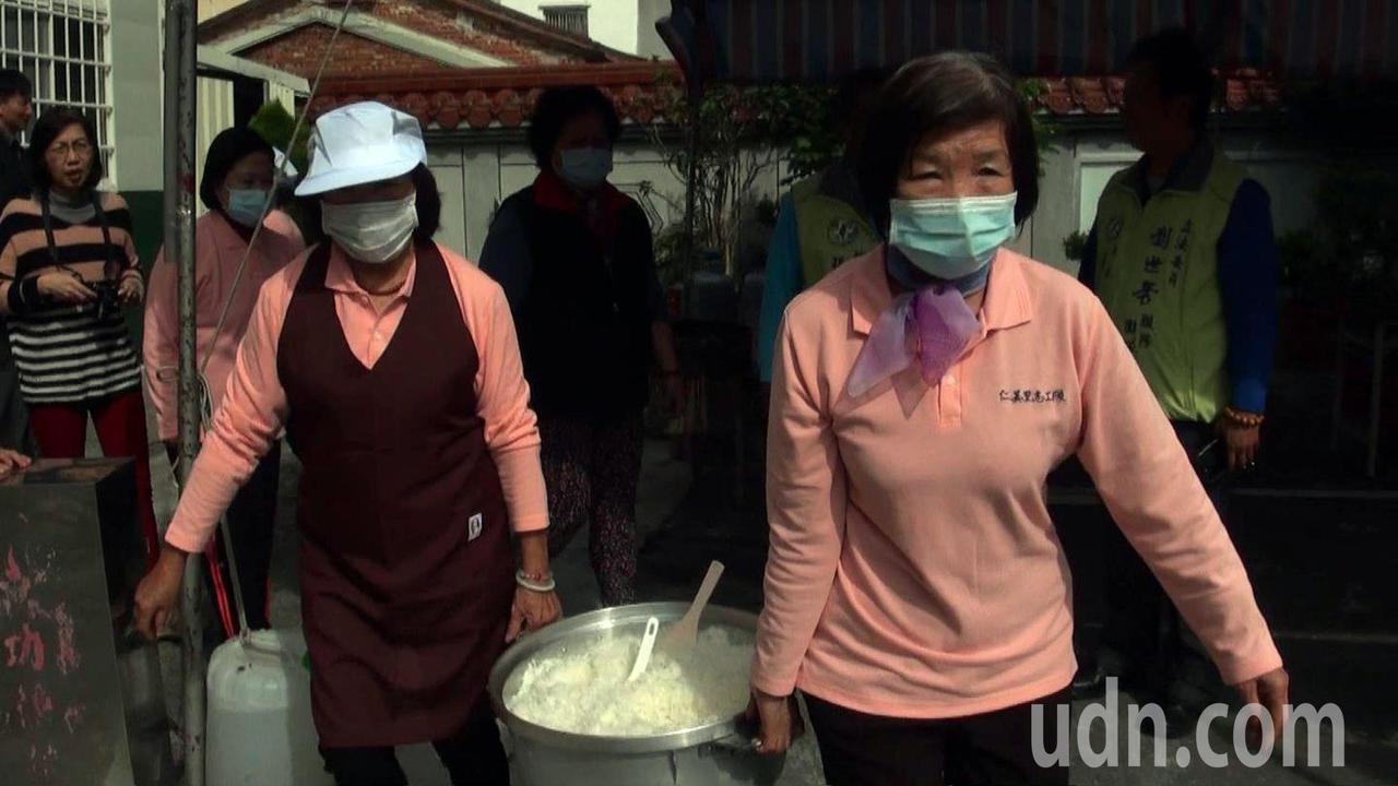 仁美里老人共餐計畫開跑,志工媽媽一早就到廟裡做飯炒菜。記者王昭月/攝影