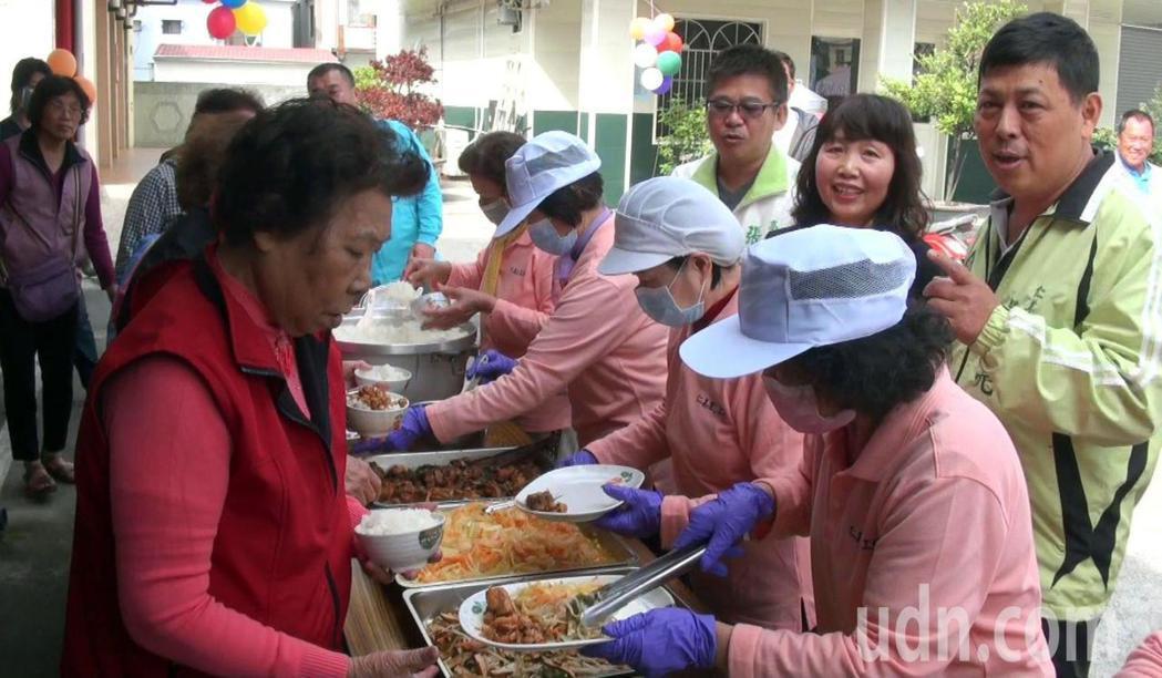 在企業界善心挹注下,鳥松區仁美里老人共餐計畫今天開跑。記者王昭月/攝