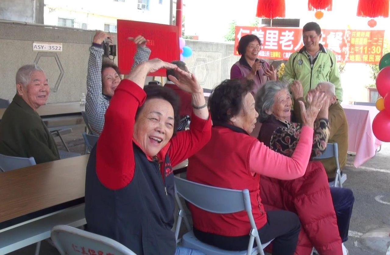 參與 「老人共餐」活動的老人家,比出大愛心表達心中的感謝。記者王昭月/攝影
