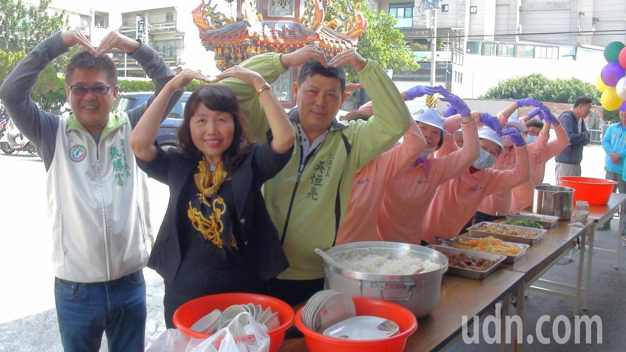 鳥松區仁美里志工媽媽負責張羅飯食,供里內弱勢老人享用。記者王昭月/攝影