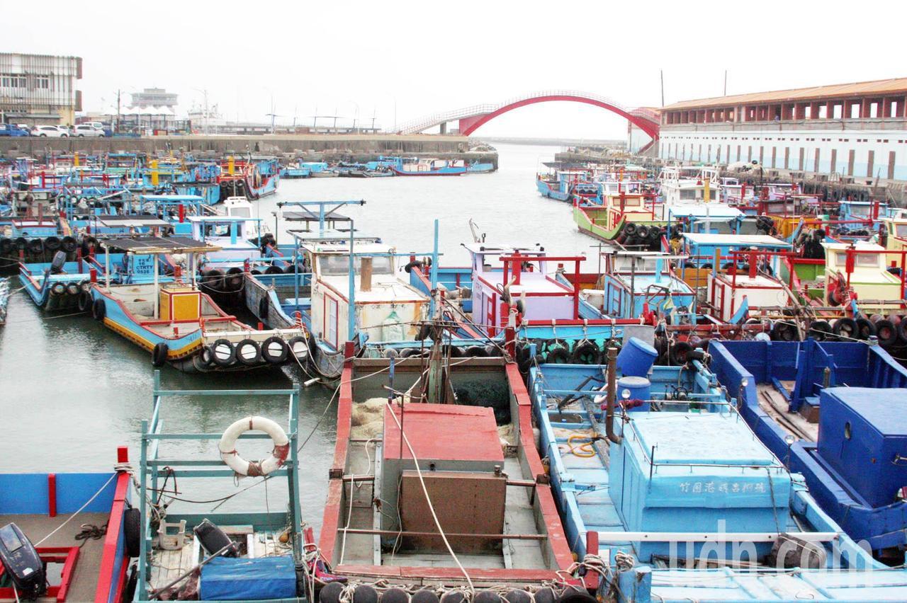 烏魚季來了,桃園沿海停泊竹圍漁港的漁船相繼出海捕撈野生烏魚,近日天象不佳風浪大,...